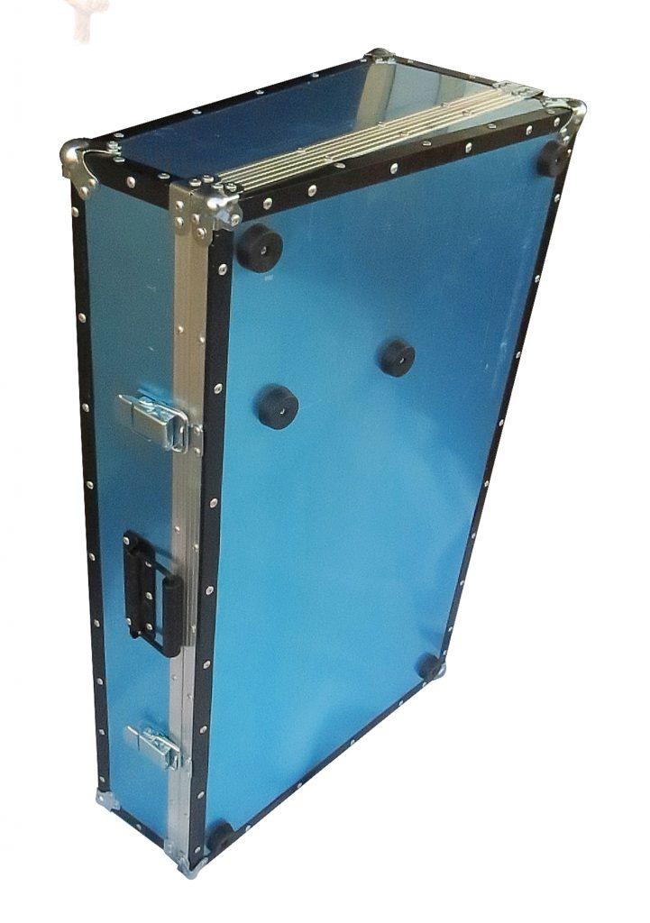 Pedal Case con tapa de 2ble-ncaje según posición, rectangular o trapecio rectángulo. Placa desmontable independiente, tapizada con alfombra de velcro para adherencia de los pedales, y topes de goma antideslizables en caso de ocuparse directo a alguna superficie
