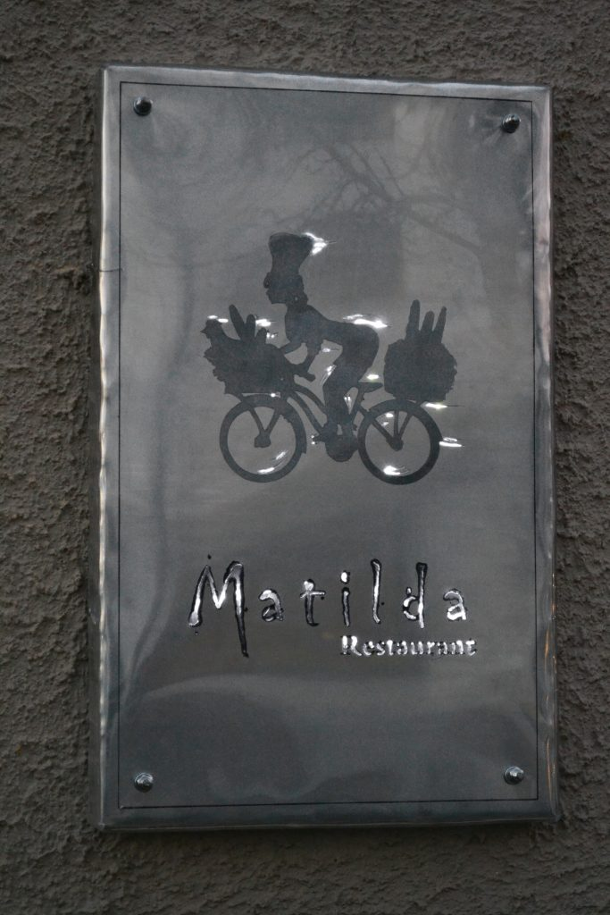 Letrero de pared trabajado a mano en aluminio troquelado y retro iluminado