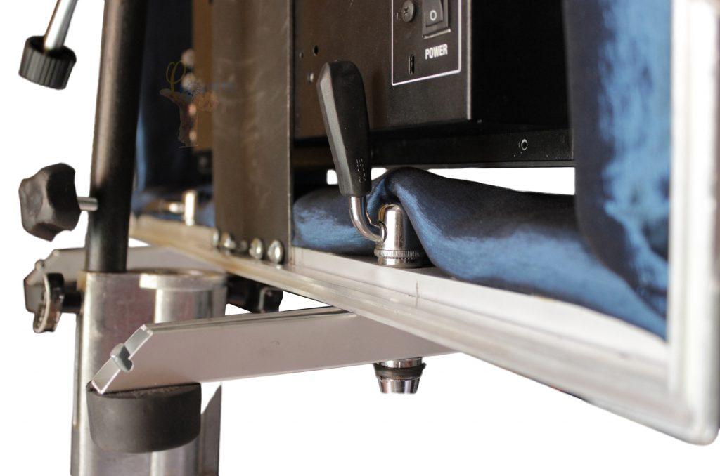 Video Asist Monitor Case Esqueleto interno anti golpe en compartimiento central , con perfil de aluminio para evitar deformaciones en el marco que recubre el monitor Tapa delantera transformable en parasol, y a la vez en mesa, con opción para desmontaje completo o según sección a elección Soporte a espalda de monitor construido en acero, con movimiento vertical de pivoteo arriba, abajo según altura de trípode Opción de triple agujero con hilo estándar ¼ 20 para accesorios tipo Chese Plate, o perno y mariposa para acoplar Chese Plate, en la parte superior del soporte a espalda del monitor Opción de montaje en trípode sin necesidad de quitar ninguna de sus tapas
